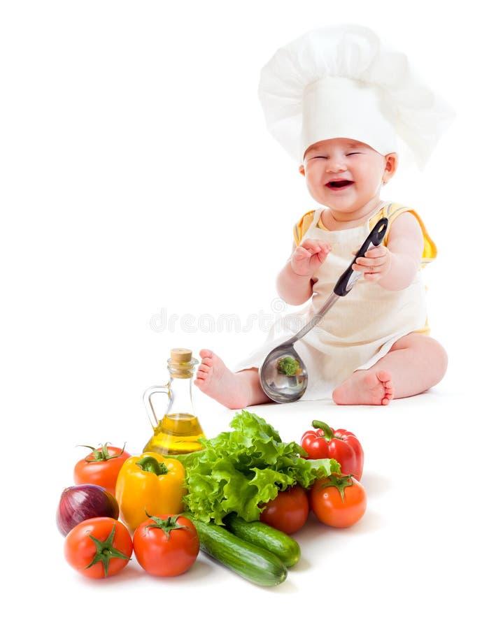 Grappige babyjongen die gezond voedsel voorbereidt royalty-vrije stock foto