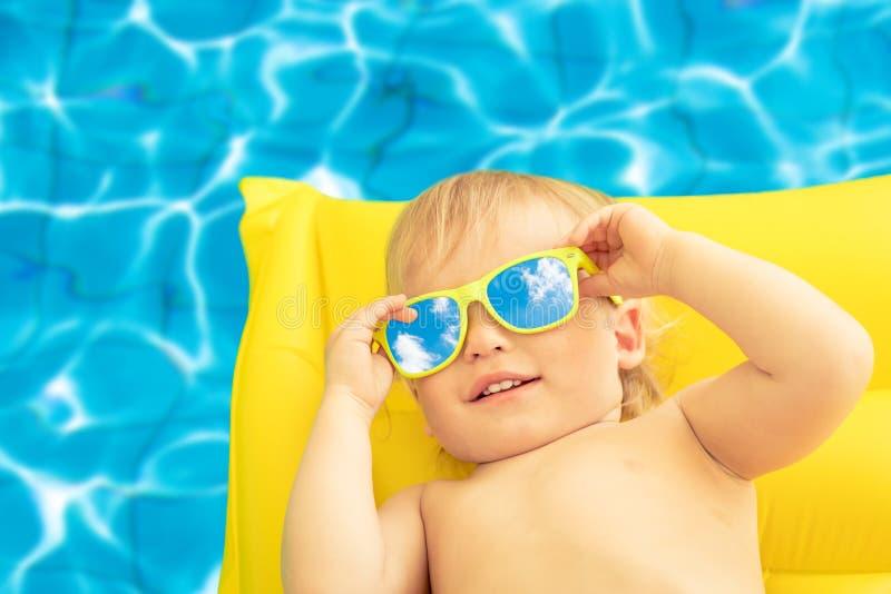 Grappige babyjongen op de zomervakantie stock afbeelding