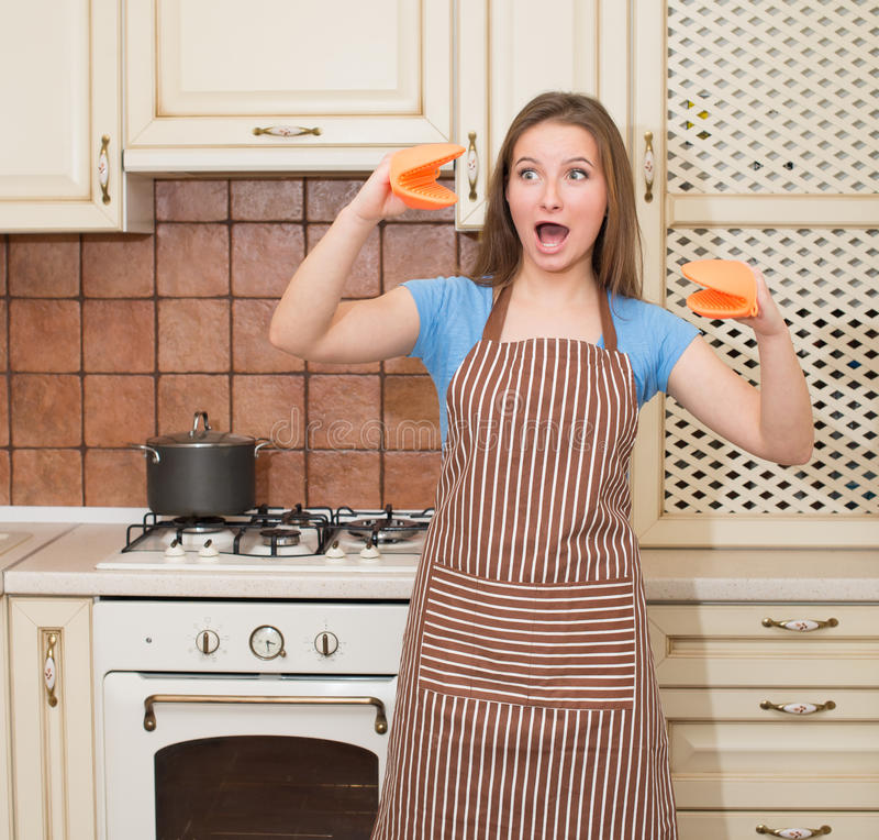 Grappige baksel kokende vrouw die pret in haar keuken hebben die che glimlachen stock foto's