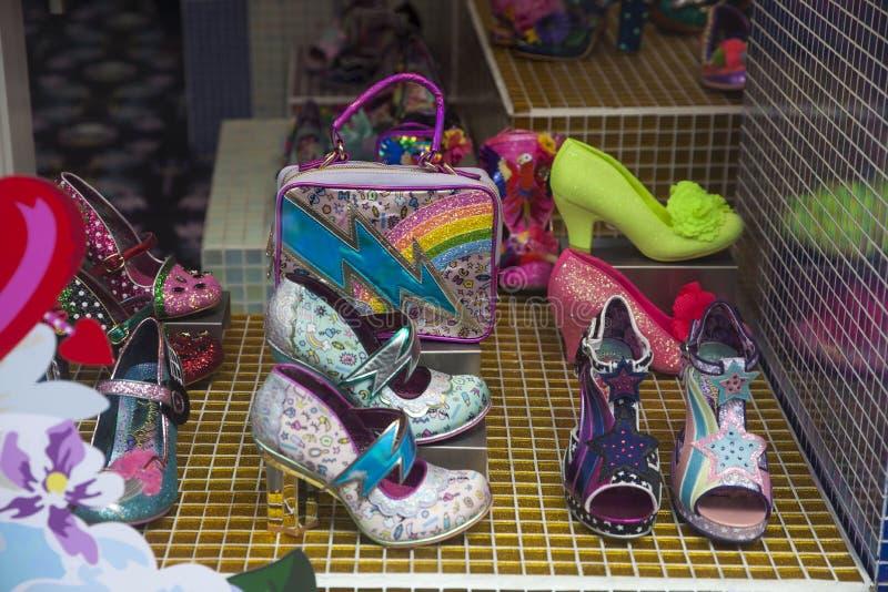 Grappige blauwe schoenen met ornamenten in een winkelvenster op Carnaby Stree stock fotografie