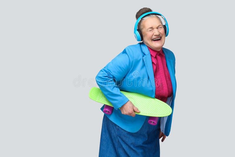 In grappige blije grootmoeder in kleurrijke toevallige stijl met bl stock foto