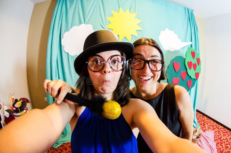 Grappige blijspelacteurmeisjes die een selfie nemen stock foto's