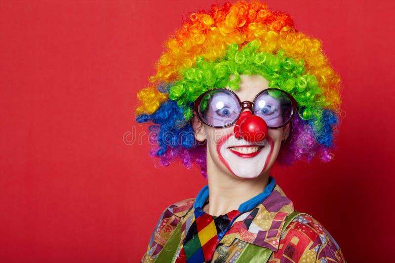 Grappige clown met glazen op rood royalty-vrije stock foto