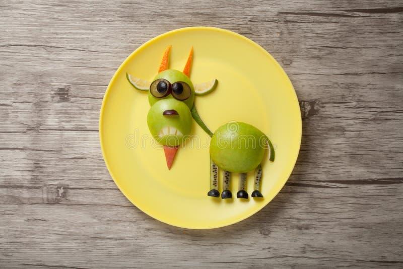 Grappige die geit van appel en sinaasappel wordt gemaakt royalty-vrije stock foto's