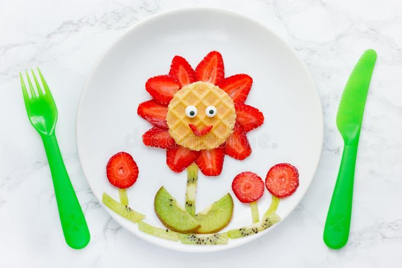 Grappige eetbare bloem van aardbeikiwi en wafel royalty-vrije stock afbeelding