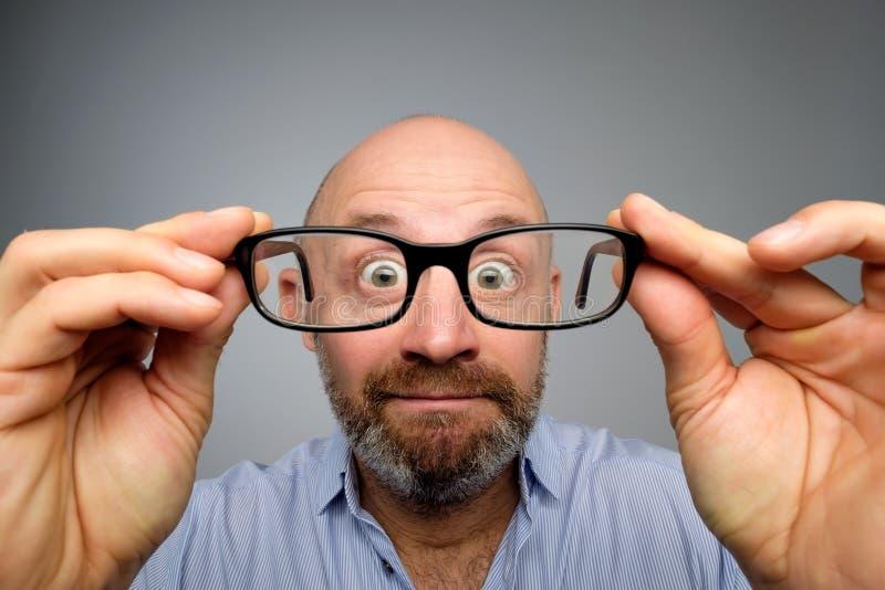 Grappige Europese mens die door glazen kijken Heb problemen met zicht royalty-vrije stock foto's