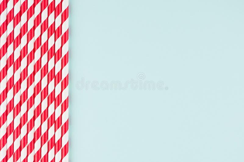 Grappige feestelijke heldere abstracte achtergrond - het gestreepte rode cocktailstro op de munt van het pastelkleursuikergoed kl royalty-vrije stock afbeelding