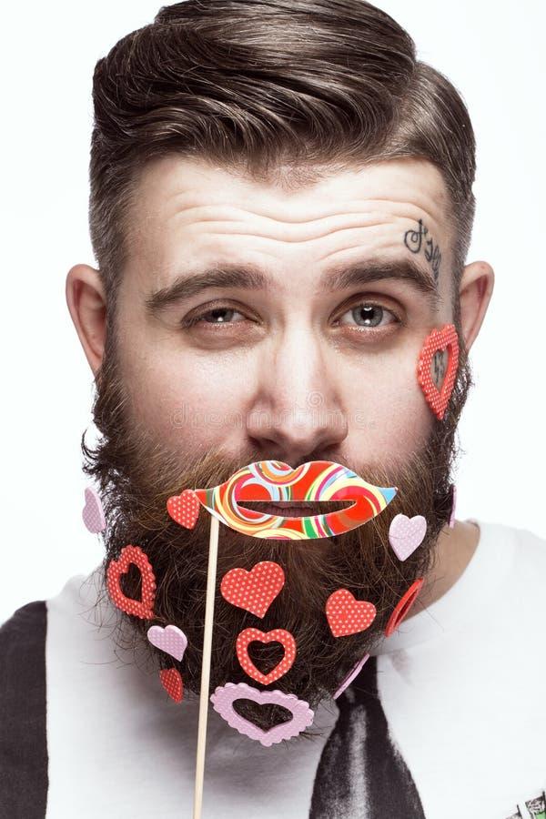 Grappige gebaarde mens met de Dag van hartenvalentine ` s stock afbeelding