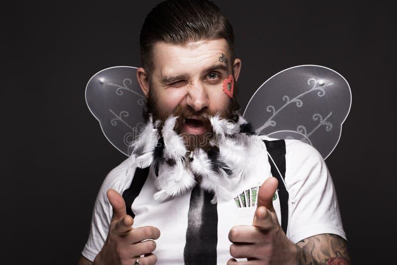 Grappige gebaarde mens met veren en vleugels in het beeld van de Dag van Cupidovalentine ` s royalty-vrije stock afbeeldingen