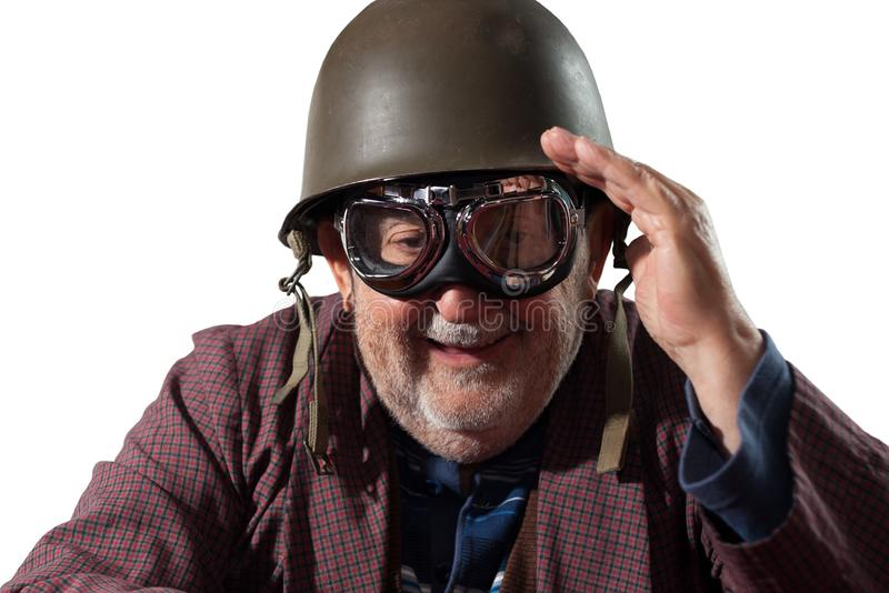 Grappige gepensioneerde met helm en het proefbeschermende brillen groeten royalty-vrije stock afbeelding