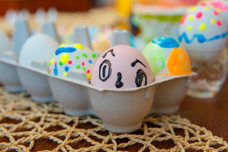 Grappige geschilderde eieren met heldere kleuren Gelukkige Pasen royalty-vrije stock afbeeldingen