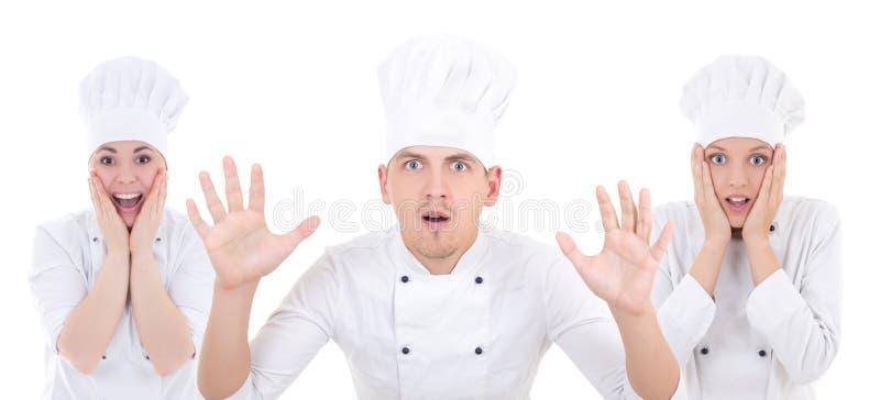 Grappige geschokte man en twee vrouwen in eenvormige chef-kok geïsoleerd op whit stock fotografie