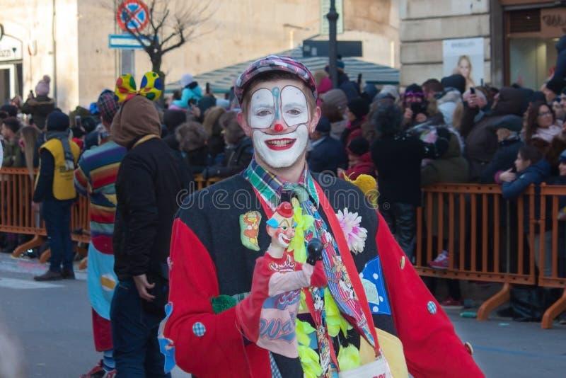 Grappige glimlachende clown tijdens jaarlijks Carnaval in Italië royalty-vrije stock foto