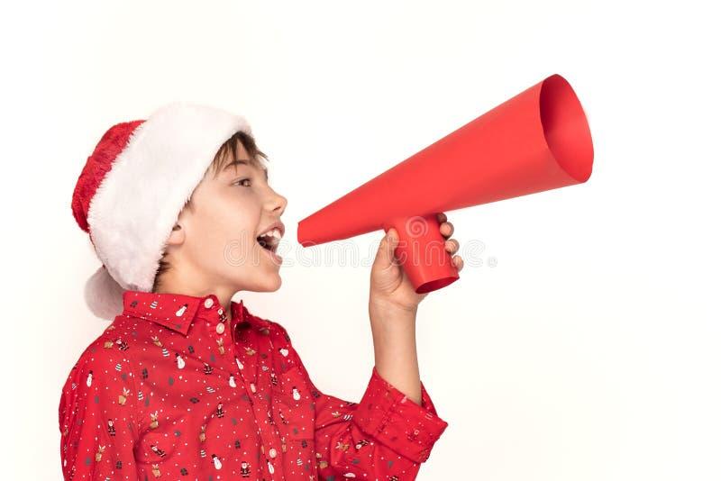 Grappige glimlachende kindjongen in Kerstmanhoed royalty-vrije stock foto's