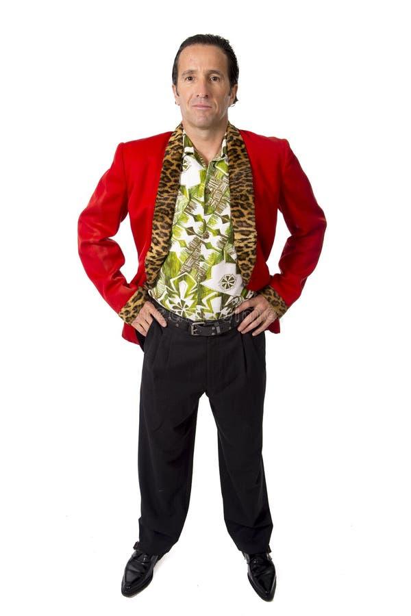 Grappige harkplayboy en bon-vivant rijpe mens die rood casinojasje en Hawaiiaans overhemd dragen die gelukkige stellende gigolo z stock fotografie