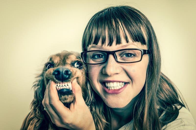 Grappige het glimlachen hond en dierenarts in veterinaire kliniek royalty-vrije stock fotografie
