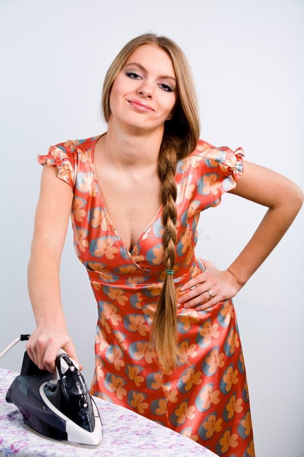 Grappige huisvrouw met elektrisch ijzer royalty-vrije stock foto's