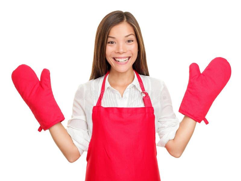 Grappige huisvrouw met ovenvuisthandschoenen royalty-vrije stock foto
