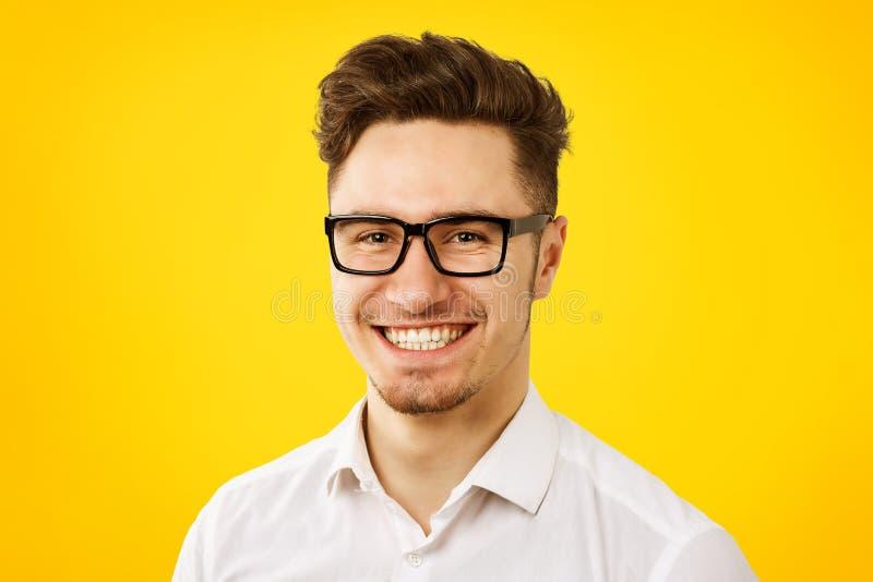 Grappige jonge mens die witte overhemd en glazen dragen royalty-vrije stock fotografie