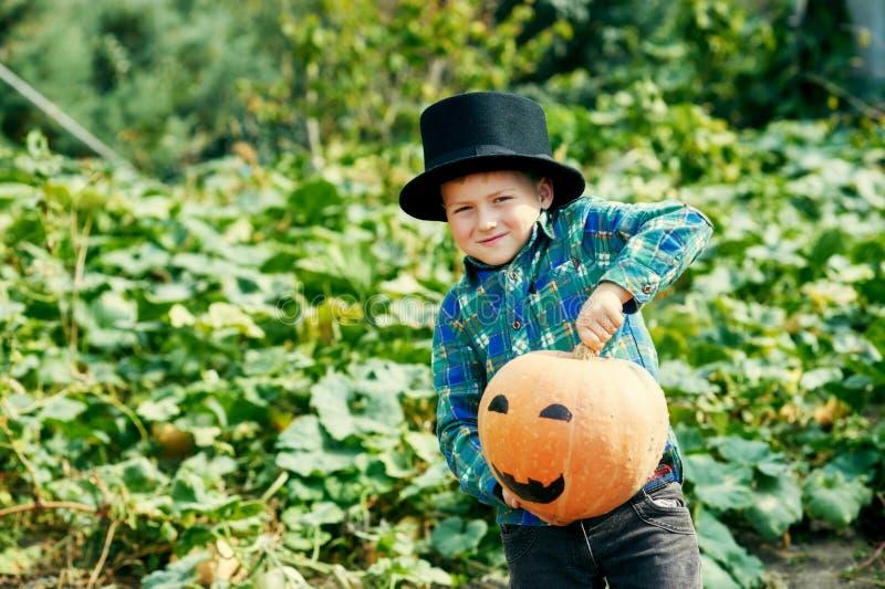 Grappige jongen met pompoen op Halloween royalty-vrije stock afbeelding