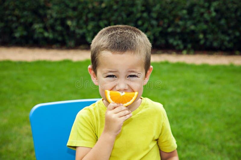 Download Grappige Jongen Met Sinaasappel Stock Afbeelding - Afbeelding bestaande uit levensstijl, nave: 39107745