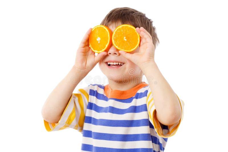 Grappige jongen met vruchten op ogen royalty-vrije stock foto's