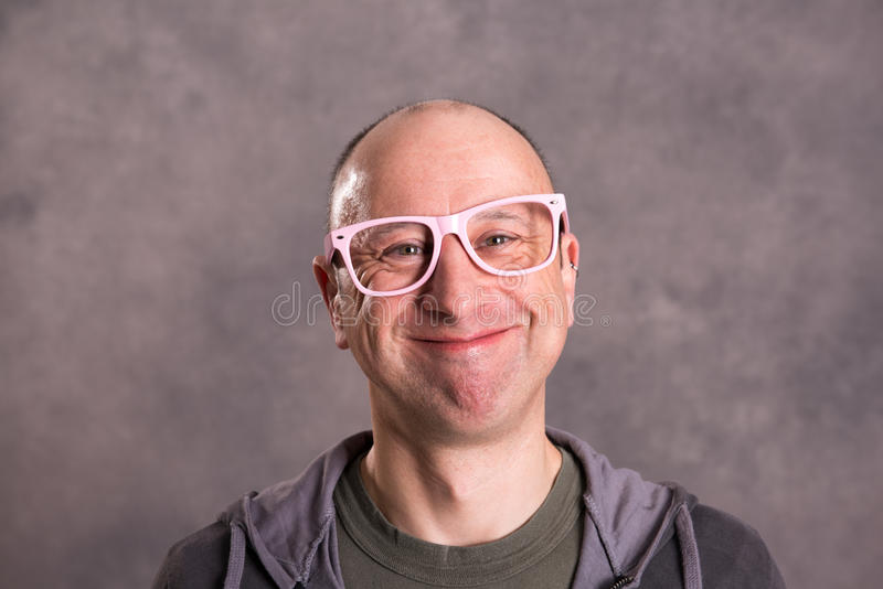Grappige kale mens met roze glazen royalty-vrije stock foto's