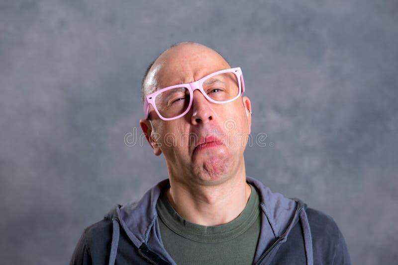 Grappige kale mens met roze glazen royalty-vrije stock afbeeldingen