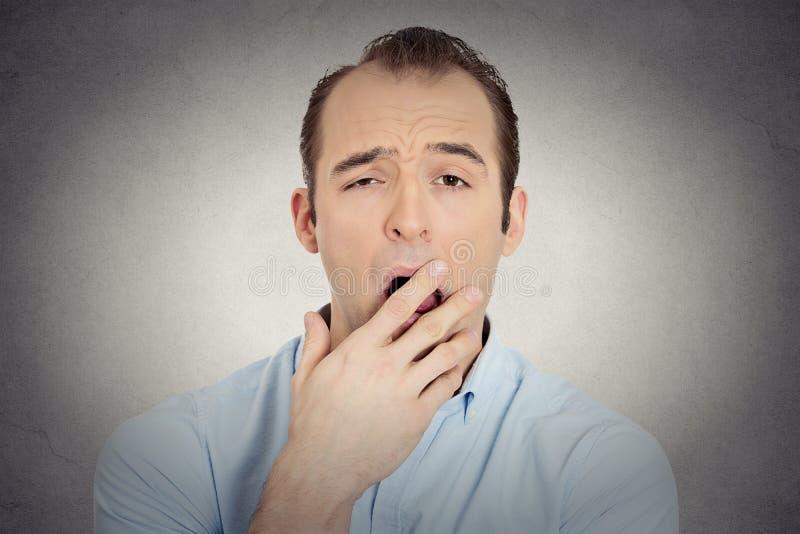 Grappige kerel die van de Headshot de slaperige jonge zakenman hand plaatsen bij mond de geeuw royalty-vrije stock afbeeldingen