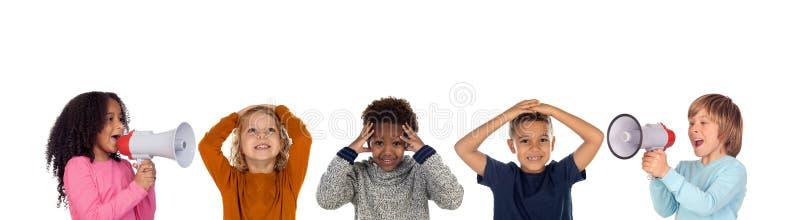 Grappige kinderen die door een megafoon aan zijn vrienden schreeuwen royalty-vrije stock afbeelding