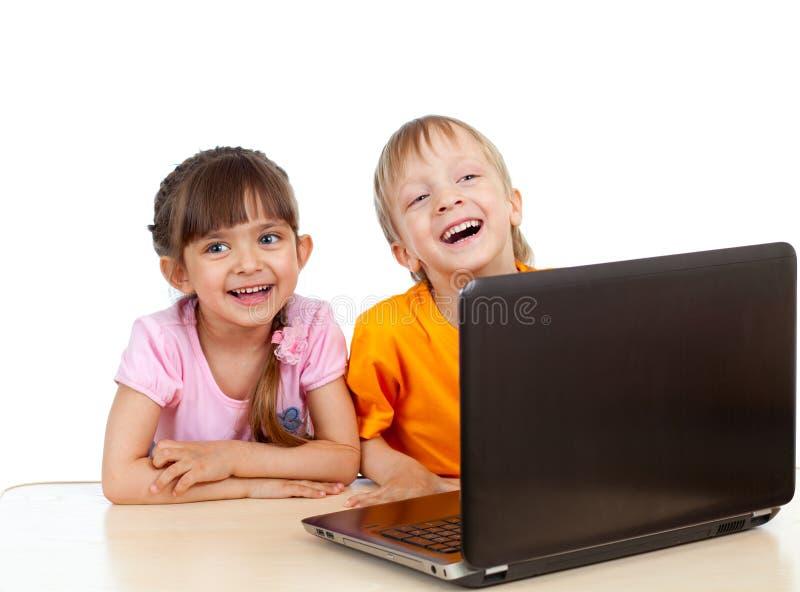 Grappige kinderen die laptop met behulp van royalty-vrije stock foto's