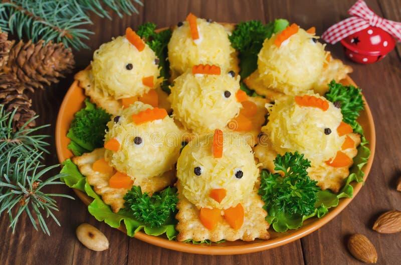 Grappige kippen van eieren op de Kerstmislijst met het symbool royalty-vrije stock foto's