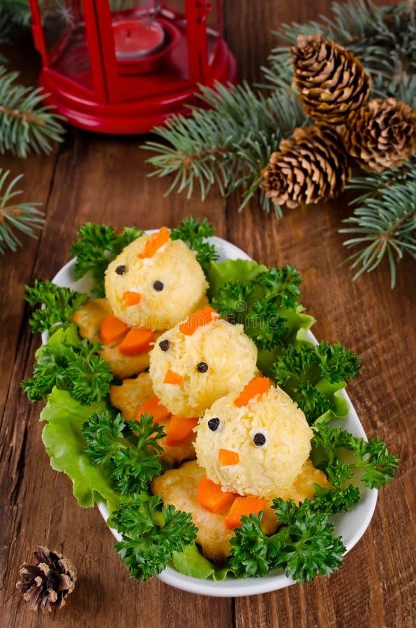 Grappige kippen van eieren op de Kerstmislijst met het symbool royalty-vrije stock afbeeldingen