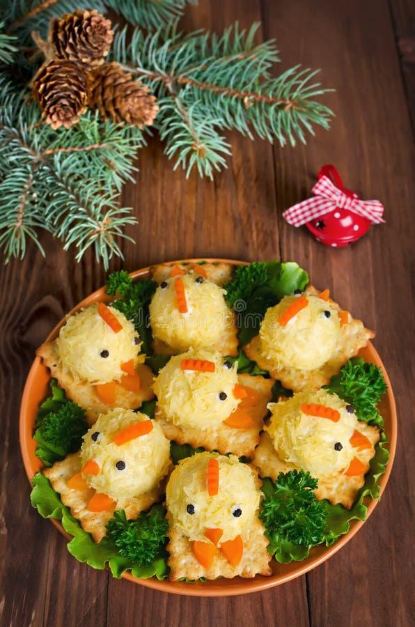 Grappige kippen van eieren op de Kerstmislijst met het symbool stock afbeelding