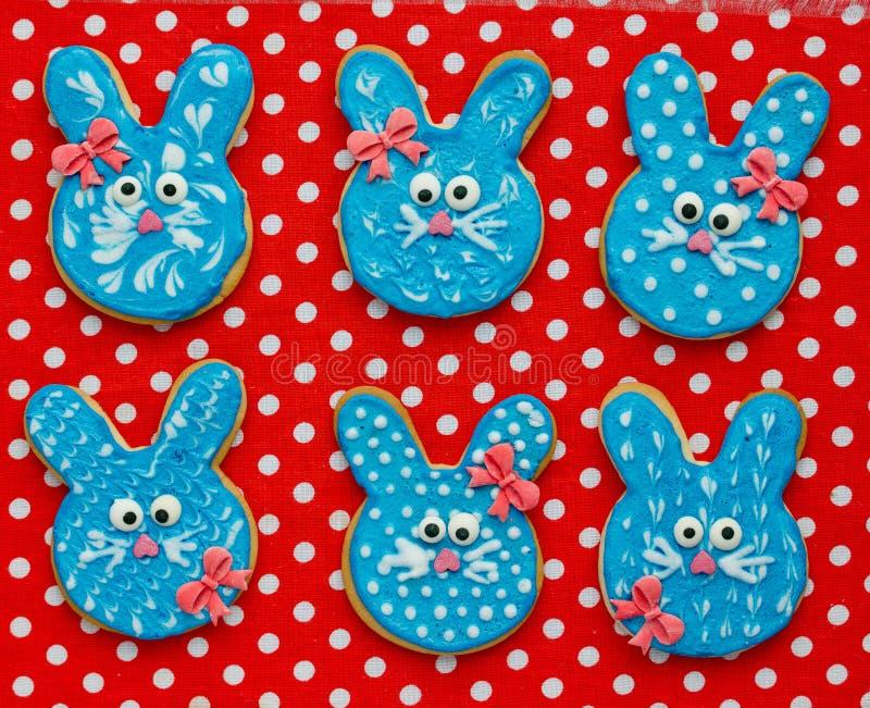 Grappige konijntjeskoekjes, eigengemaakte peperkoekkoekjes gevormde konijnen voor Pasen stock afbeelding