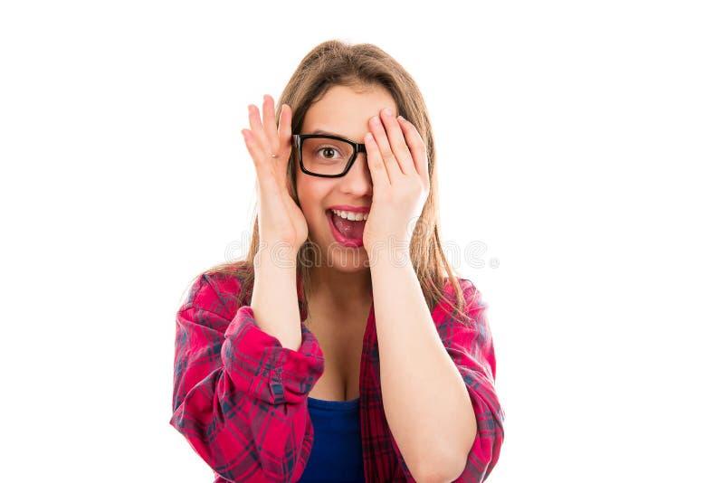 Grappige lachende vrouw die gezicht openbaren stock foto