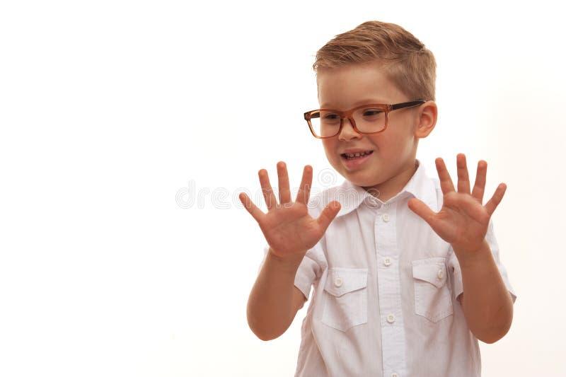 Grappige leuk weinig jongen het stellen op witte achtergrond royalty-vrije stock afbeelding