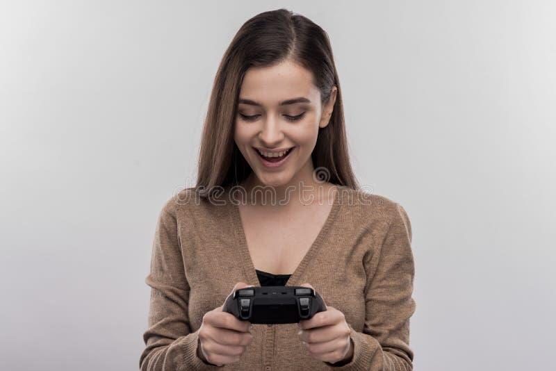 Grappige leuke vrouwen een gat makende in bedieningshendel die nieuw videospelletje spelen royalty-vrije stock afbeeldingen