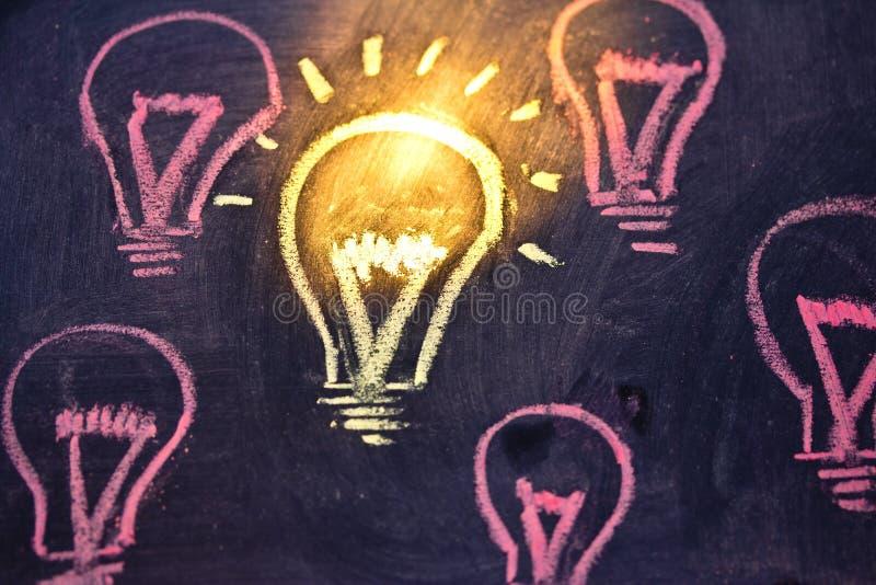 Grappige lightbulb op bord, concept uniciteit stock foto's