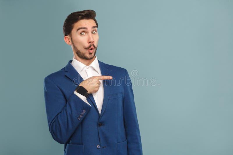 Grappige mens die vinger richten op exemplaarruimte stock afbeelding