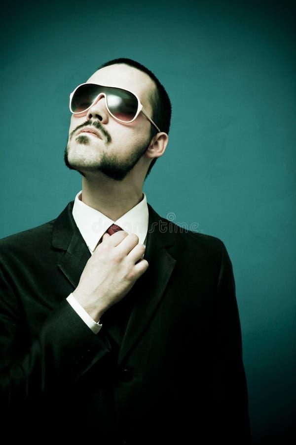 Grappige mens in kostuum bevestigende band royalty-vrije stock foto's