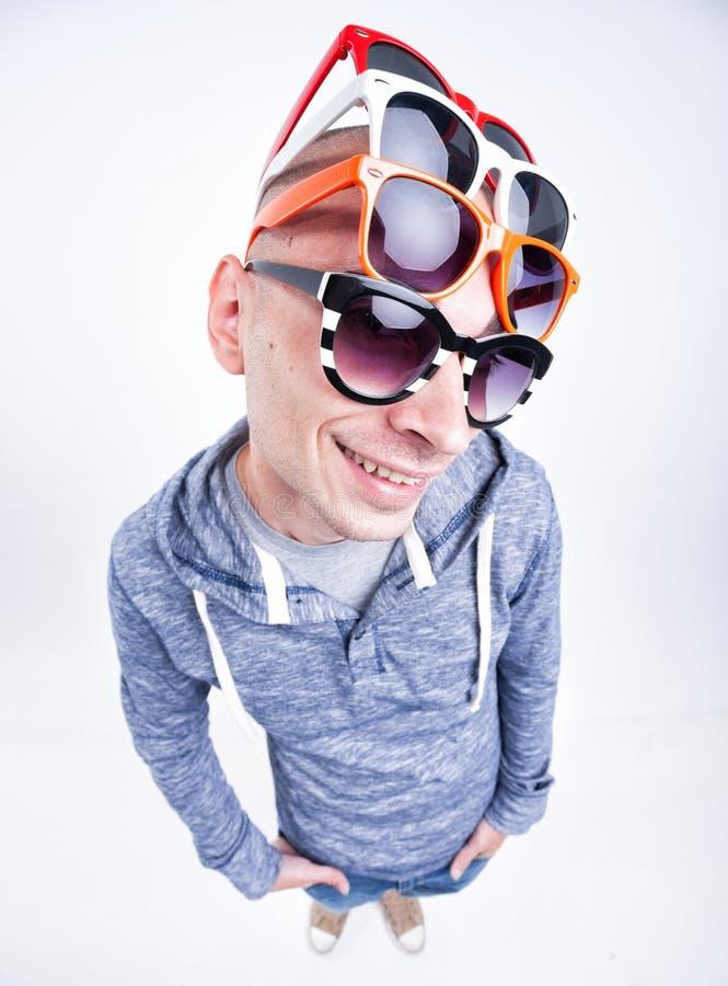 Grappige mens met paren zonnebril op zijn hoofd - studioschot royalty-vrije stock foto
