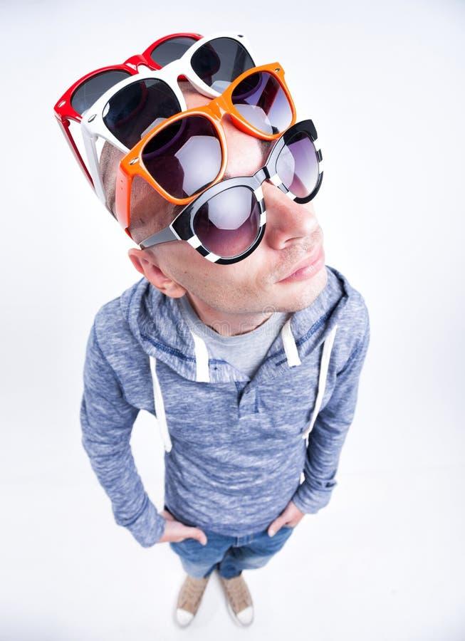 Grappige mens met paren zonnebril op zijn hoofd - studioschot royalty-vrije stock afbeelding