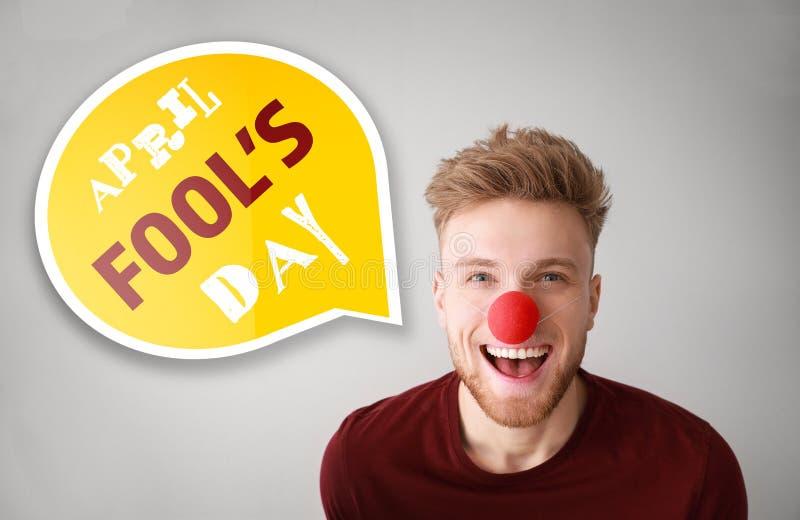 Grappige mens met partijdecor voor de Dag van April Fools op lichte achtergrond royalty-vrije stock fotografie
