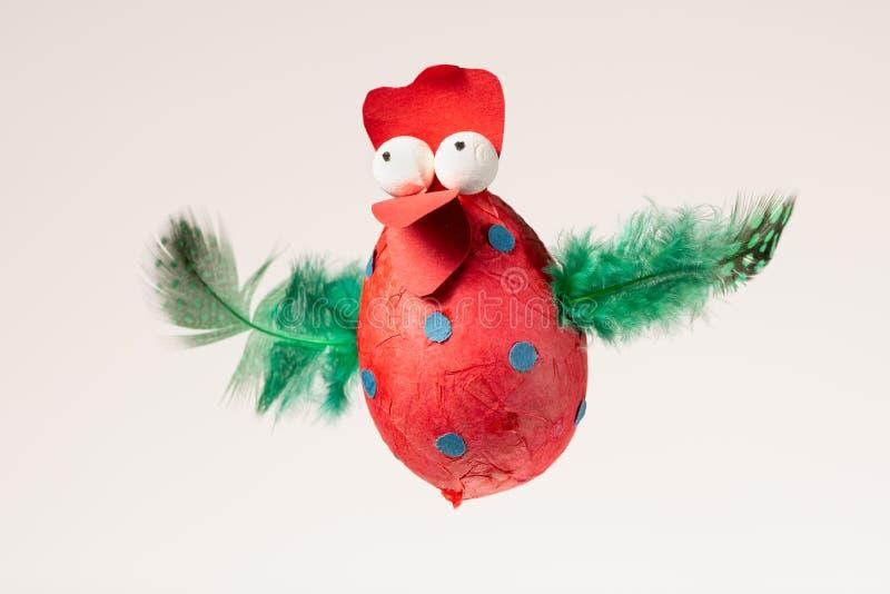 Grappige met de hand gemaakte rode die kip voor het verfraaien van een paaseiboom wordt gebruikt royalty-vrije stock afbeeldingen
