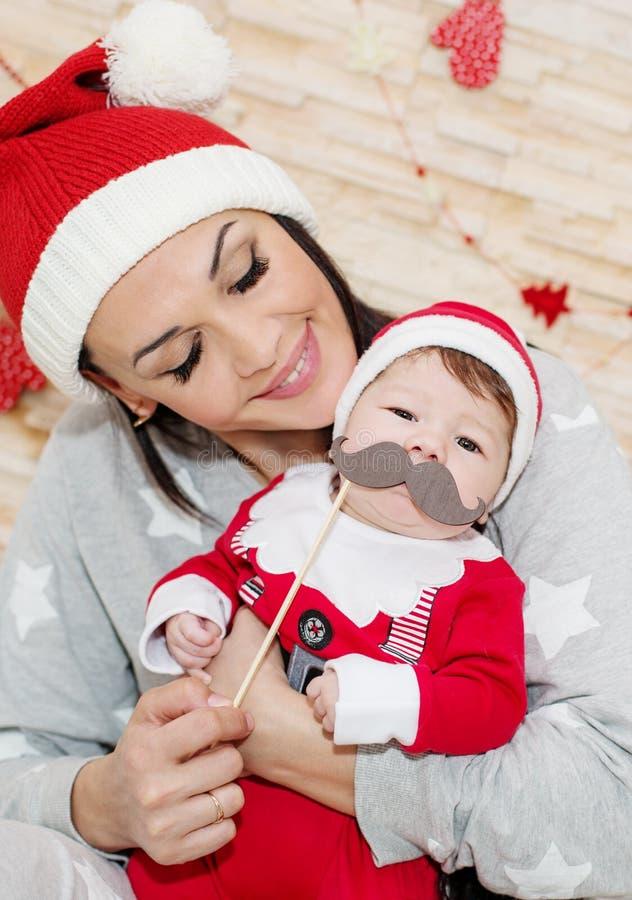 Grappige moeder die pasgeboren houden royalty-vrije stock afbeeldingen