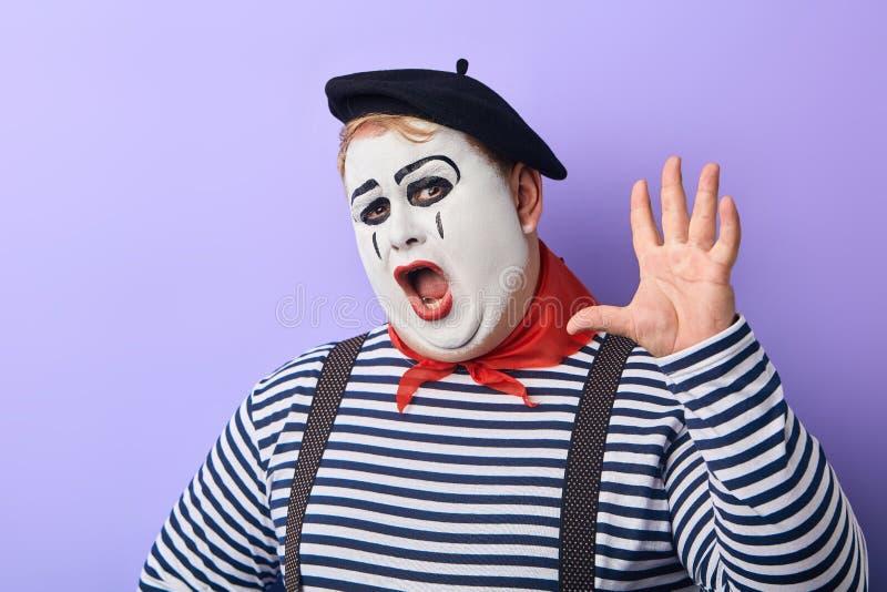 Grappige mollige clown met het opgeheven wapen shoiting bij de camera royalty-vrije stock afbeeldingen