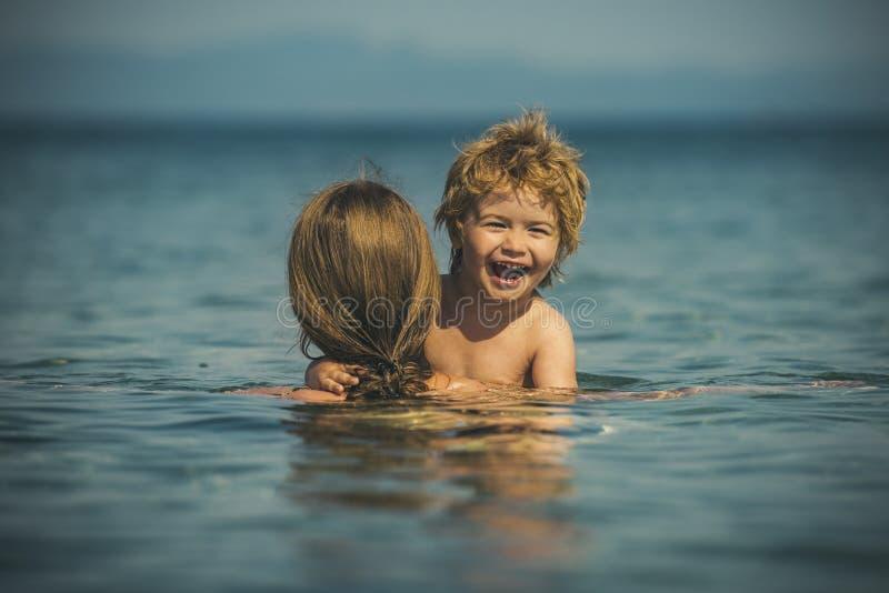 Grappige ogenblikken De zomervakantie met kinderen Familie in het overzees royalty-vrije stock afbeelding
