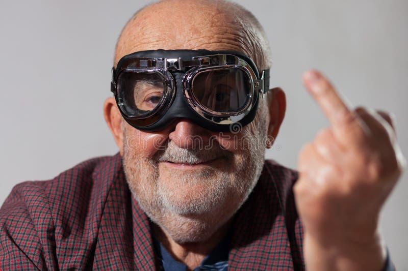 Grappige oude mens die de middelvinger tonen royalty-vrije stock afbeelding