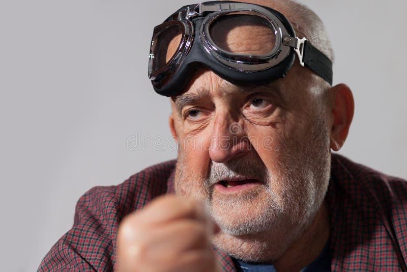 Grappige oude mens met proefglazen royalty-vrije stock foto's